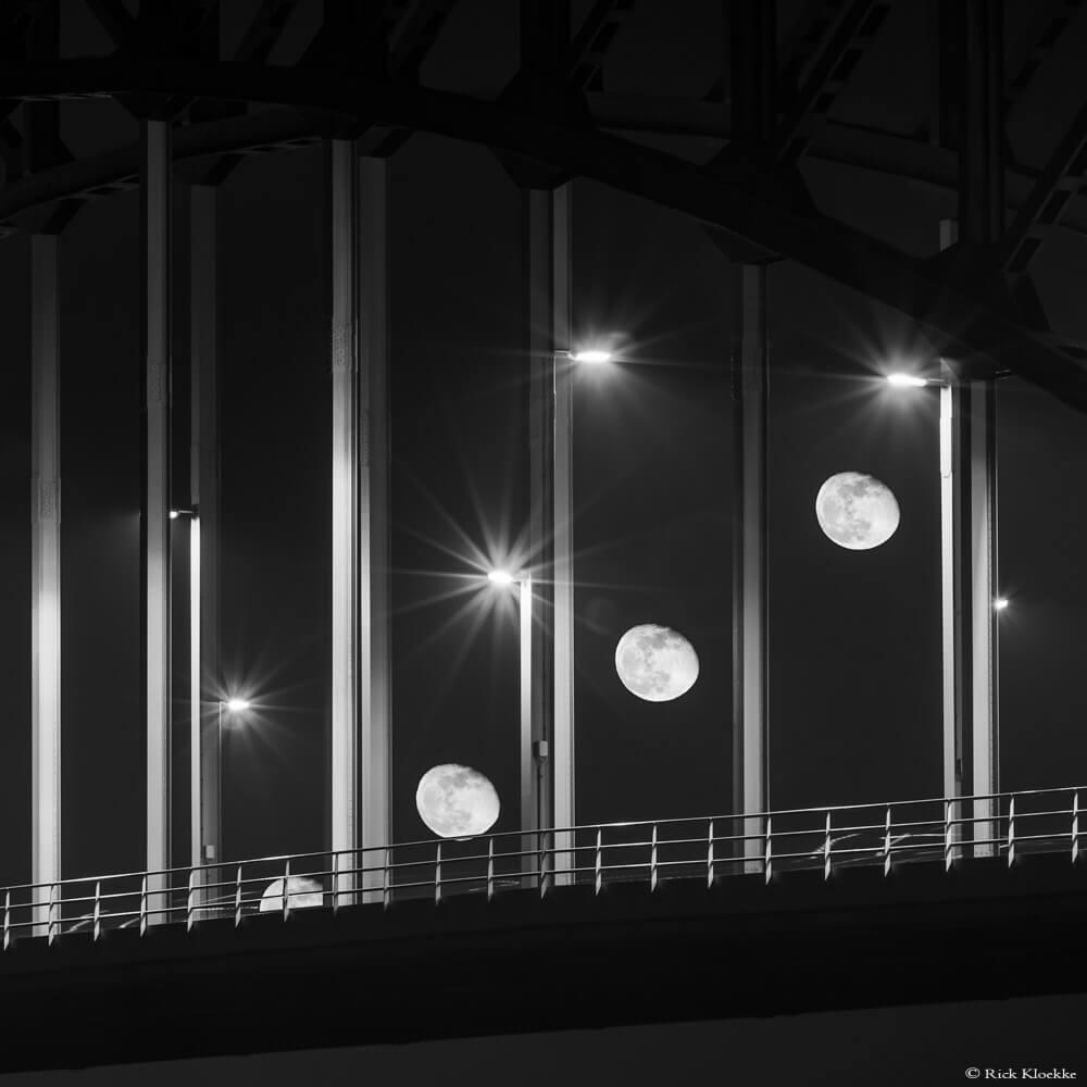 De maan achter de IJsselbrug in Zwolle