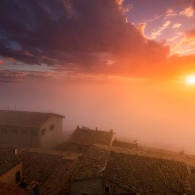 Mistige zonsondergang in San Marino