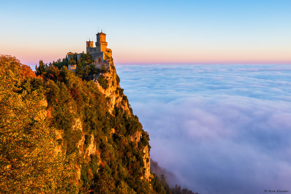 Mistige zonsopkomst San Marino