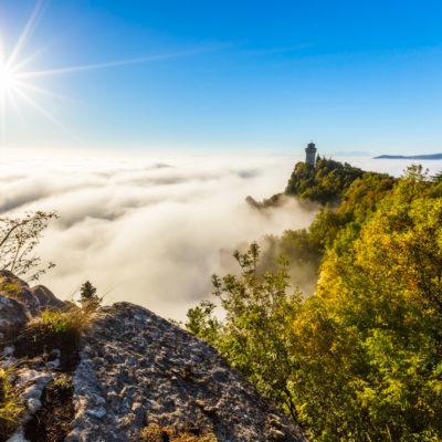 Mist tijdens de zonsopkomst in San Marino