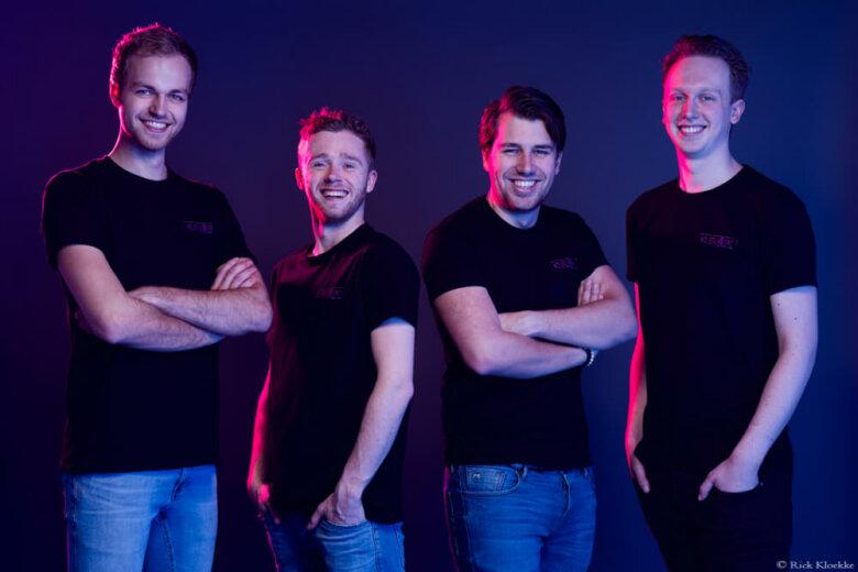 Groepsfoto van de DJ groep Kleurrijk
